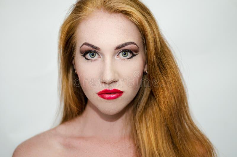 Femme avec les cheveux oranges images stock