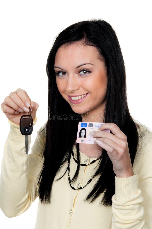 Femme avec les clés de véhicule et le permis de conduire. Piloter photo libre de droits