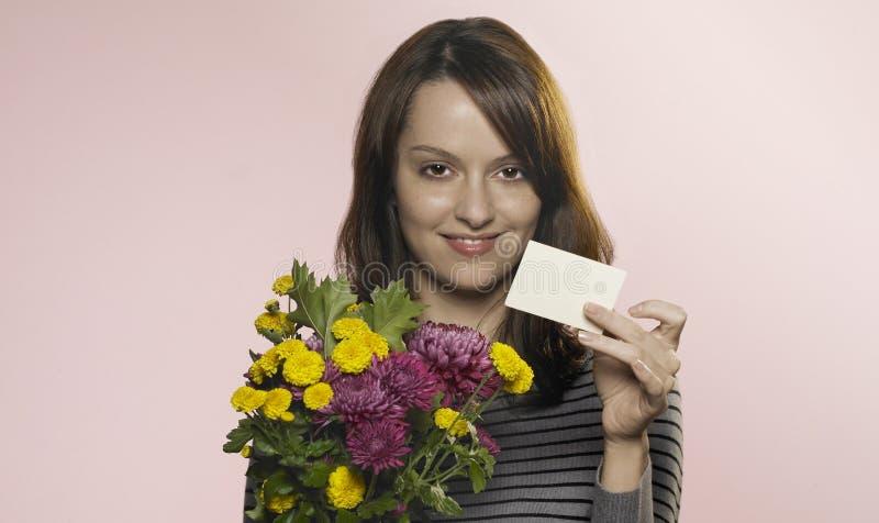 Femme avec les fleurs et la carte photo libre de droits