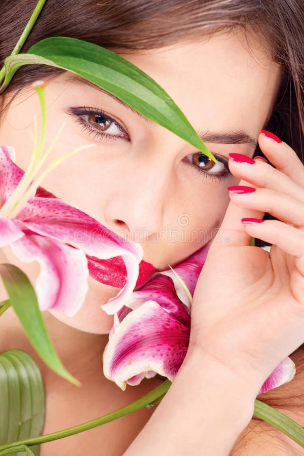 Femme avec les fleurs orientales image stock