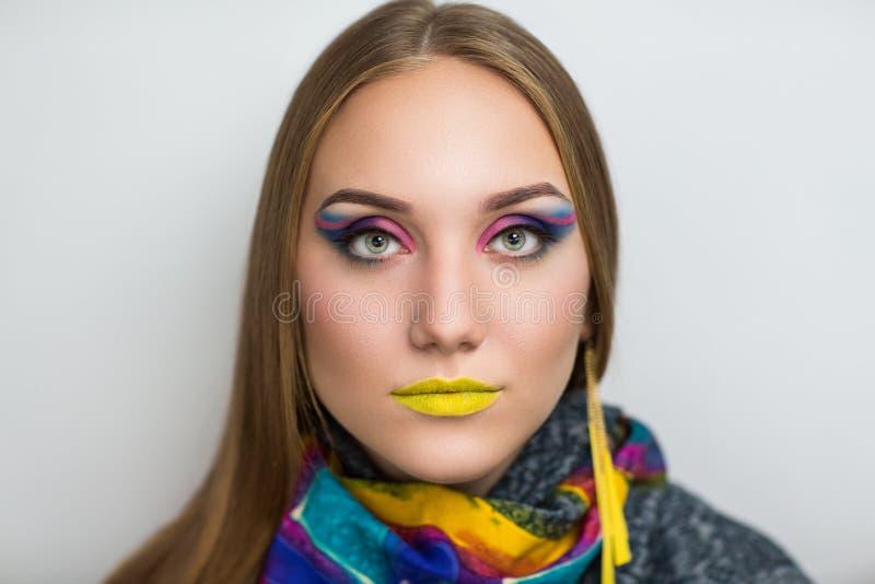 Femme avec les lèvres jaunes images stock