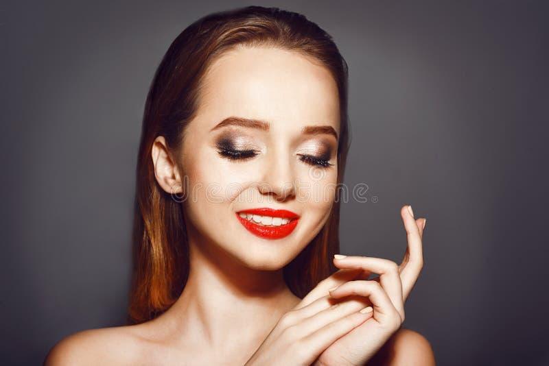 Femme avec les lèvres rouges Les cosmétiques, beauté et composent Belle jeune femme avec la peau fraîche propre Soin de visage de photo libre de droits