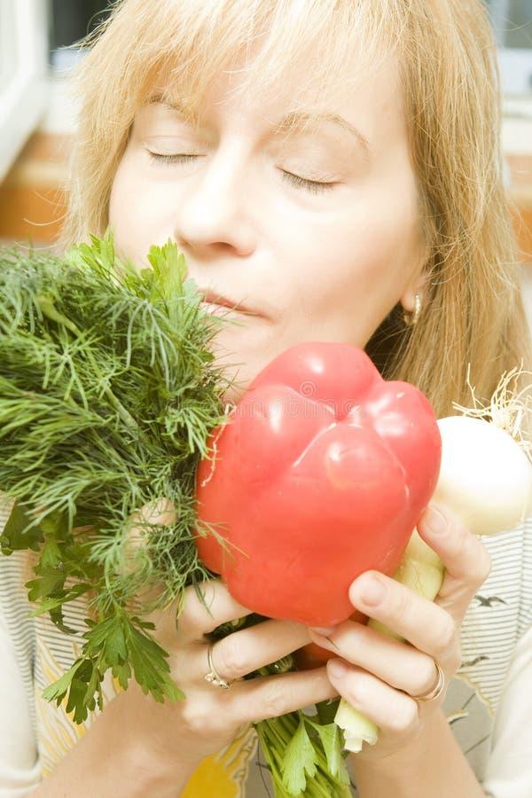 Femme avec les légumes frais images stock
