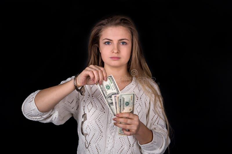 Femme avec les menottes et le dollar désenchaînés photo libre de droits