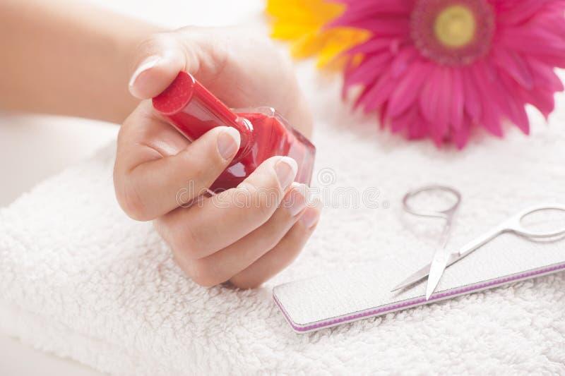 Femme avec les ongles manucurés bons photographie stock libre de droits