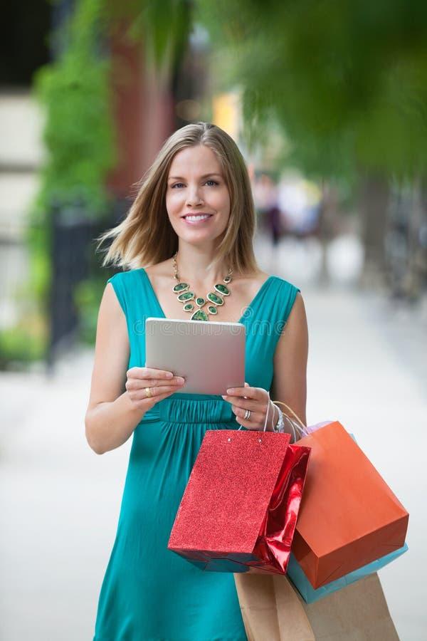 Femme avec les paniers et la Tablette de Digital photos libres de droits