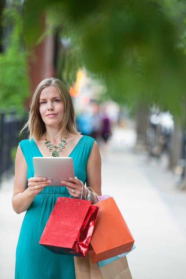 Femme avec les paniers et la Tablette de Digital images libres de droits