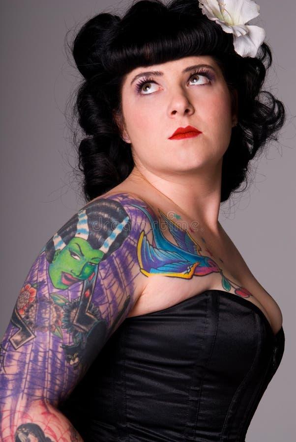Femme avec les tatouages colorés. image stock