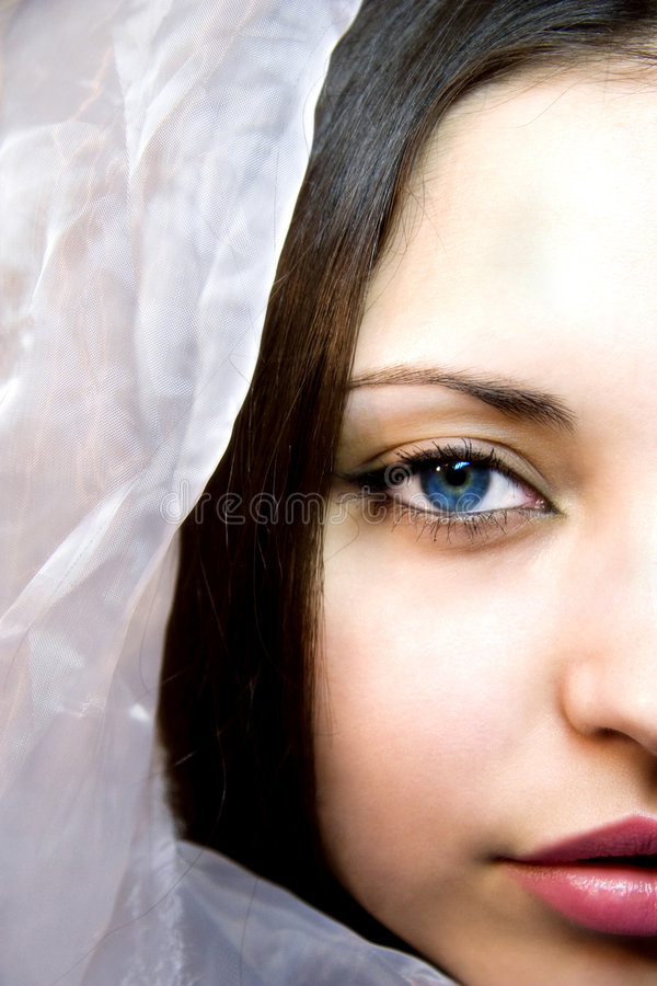 Femme avec les yeux bleu-foncé dans une écharpe en soie image stock