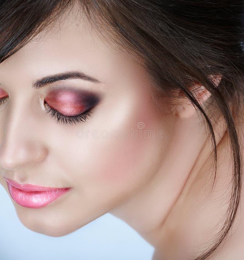 Femme avec les yeux fumeux roses images stock