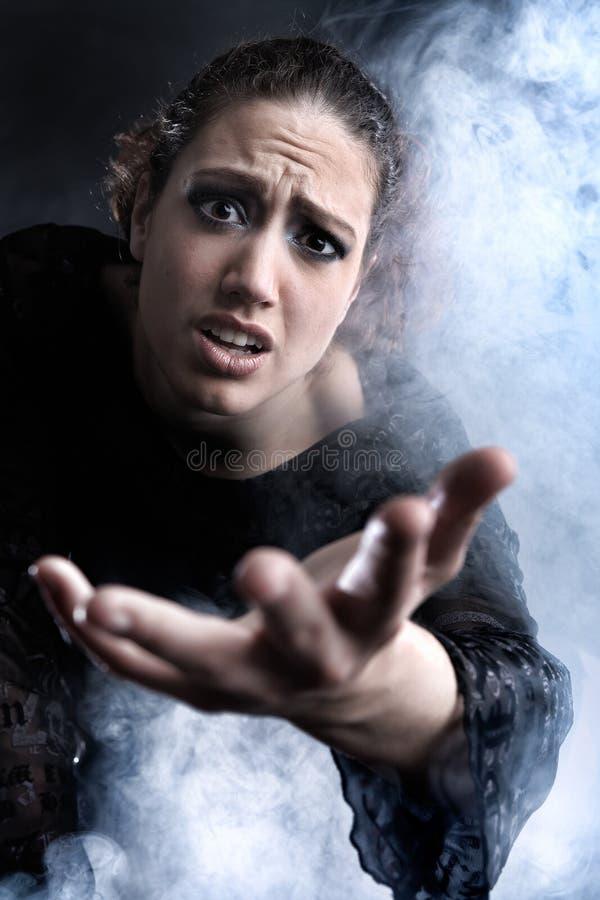 Femme avec long prier de cheveu bouclé photographie stock libre de droits