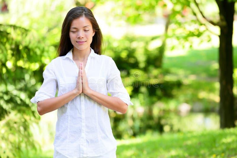 Femme avec méditer étreint par mains en parc photos libres de droits