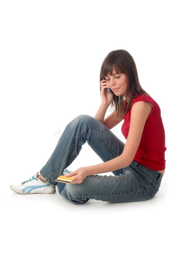 Femme avec par la carte de crédit et le téléphone portable image stock
