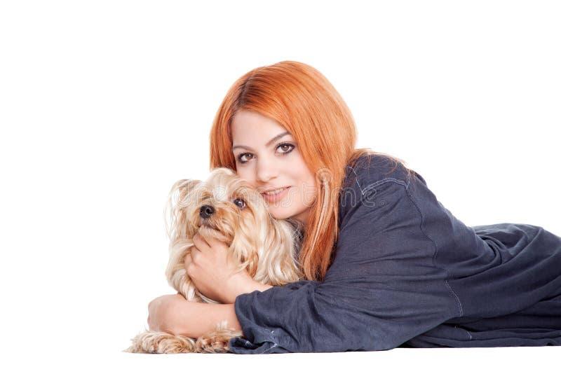 Femme avec petit Yorkshire mignon photos libres de droits