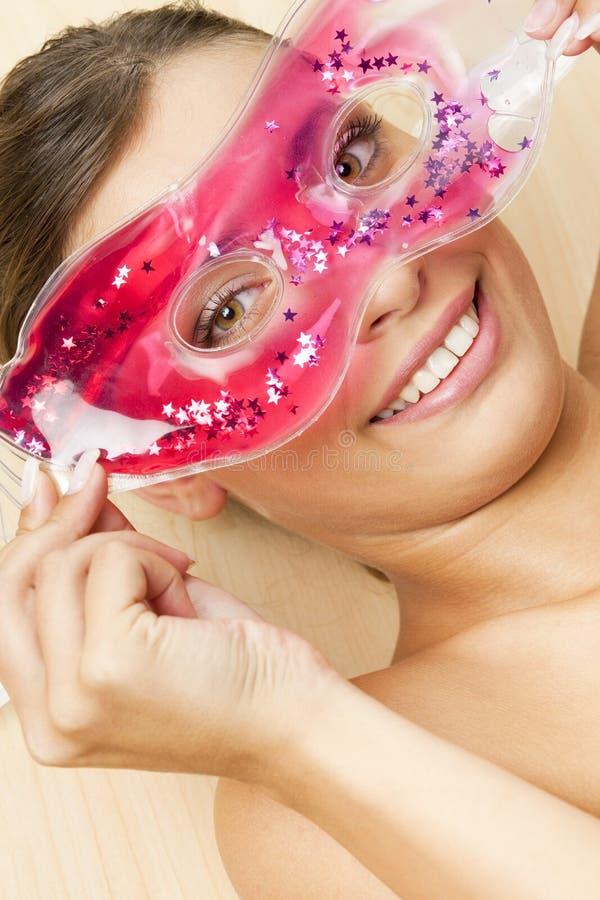 Femme avec refroidir le masque facial image stock