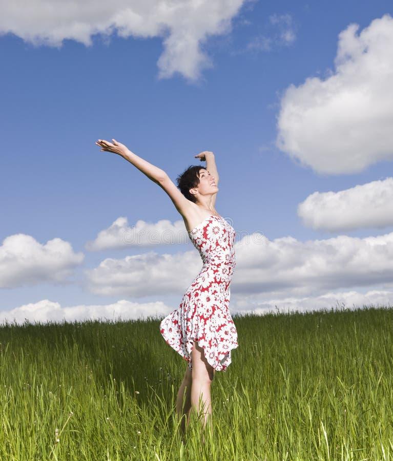 Femme avec ses bras augmentés photo stock