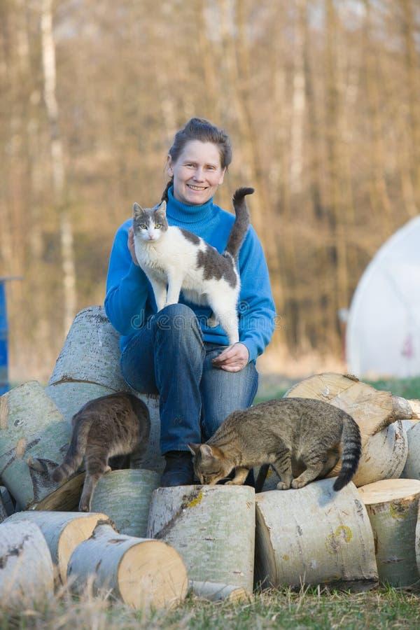 Femme avec ses chats image stock