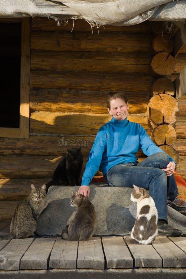 Femme avec ses chats photos stock