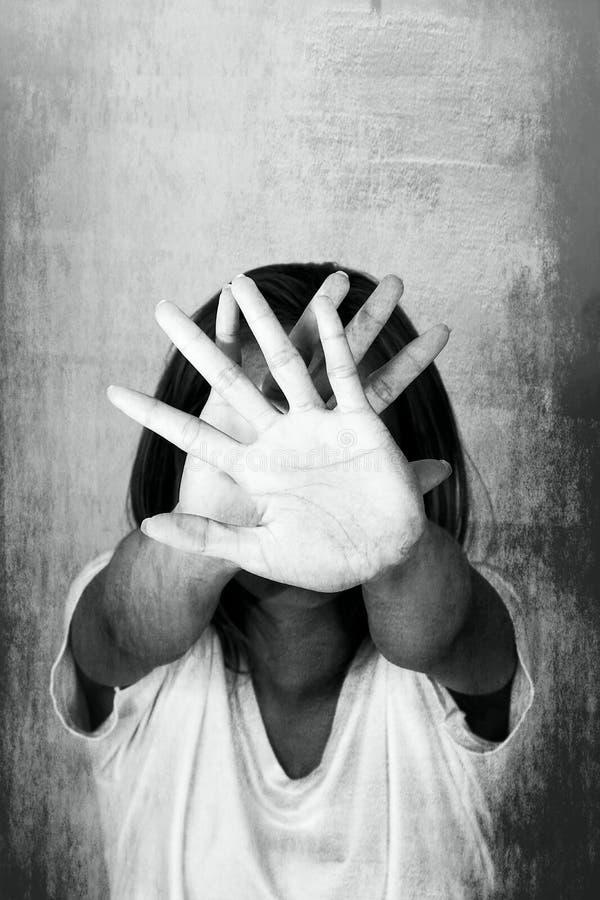 Femme avec ses mains signalant pour s'arrêter d'isolement image libre de droits