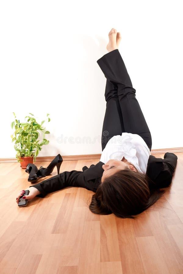 Femme avec ses pattes vers le haut photographie stock libre de droits
