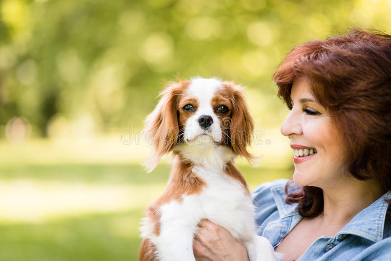 Femme avec son chien en nature images libres de droits