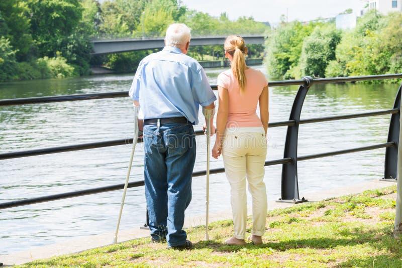 Femme avec son père handicapé image stock