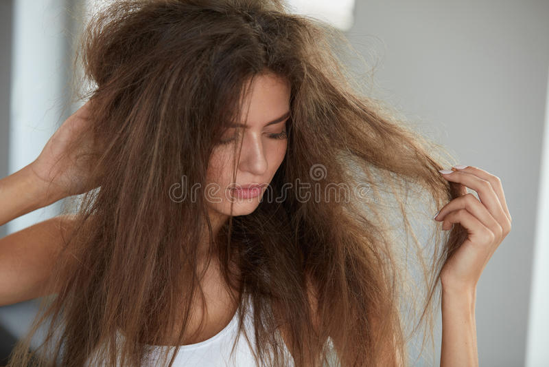 Femme avec tenir les cheveux secs longtemps endommagés Dommages de cheveux, Haircare photos stock
