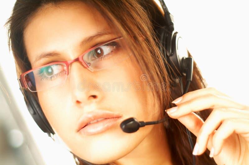 Femme avec un écouteur image stock