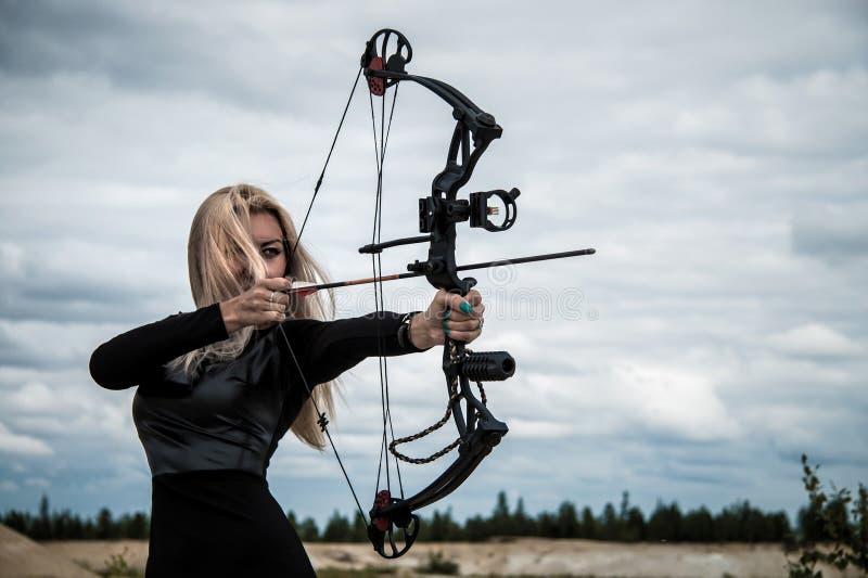 Femme avec un arc image stock