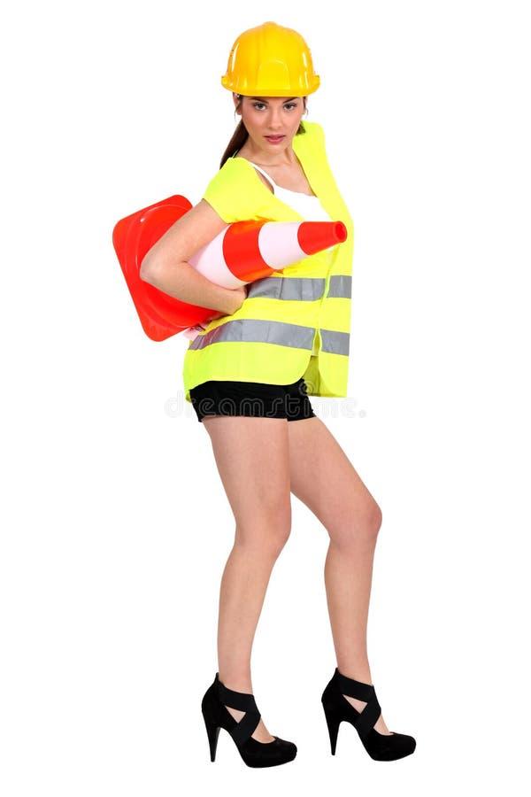 Femme avec un cône du trafic photographie stock libre de droits