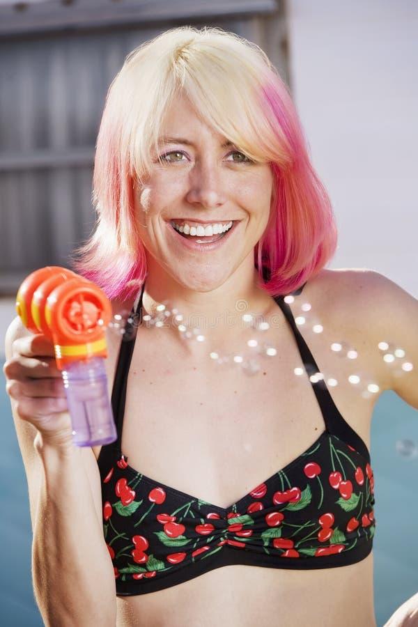 Femme avec un canon de bulle photographie stock libre de droits