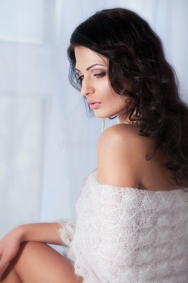 Femme avec un châle sur ses épaules image libre de droits
