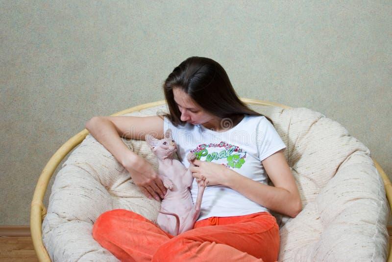 Download Femme avec un chat photo stock. Image du intérieur, fille - 8666158