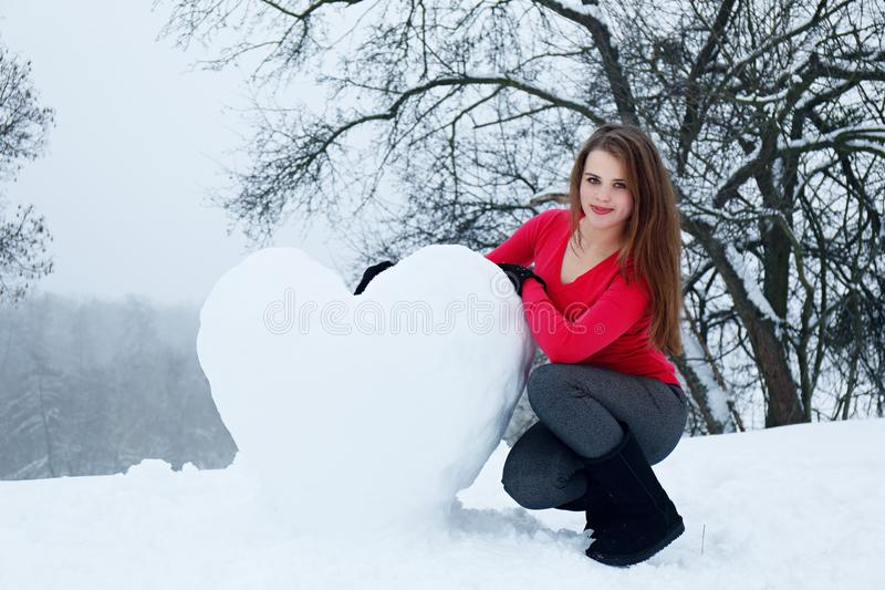Femme avec un coeur neigeux photo stock