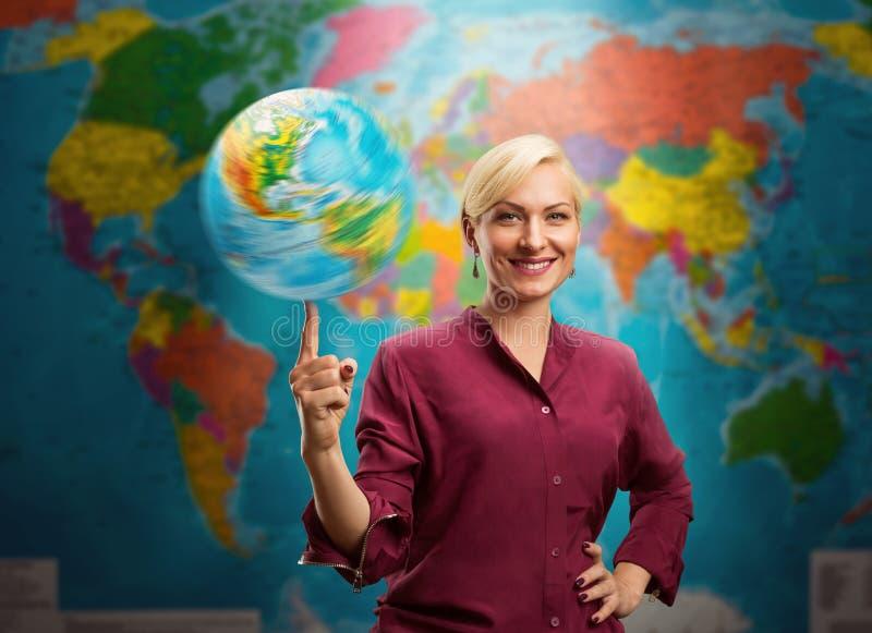 Femme avec un globe images stock