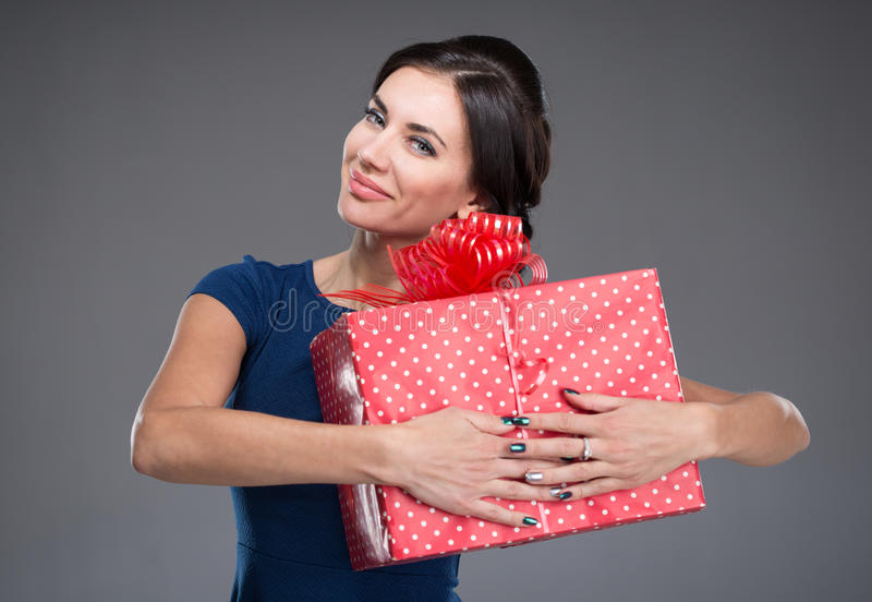 Femme avec un grand cadeau photos stock