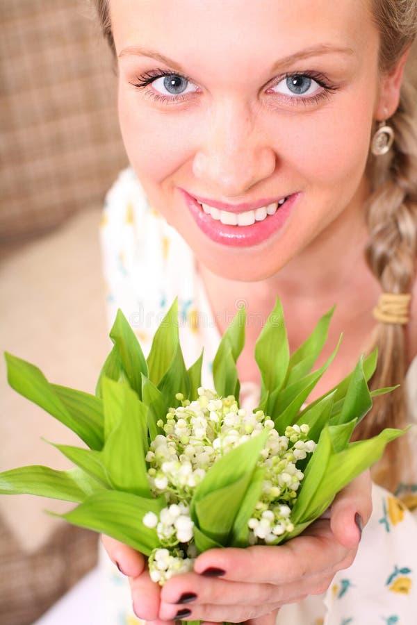 Femme avec un groupe de fleurs photographie stock