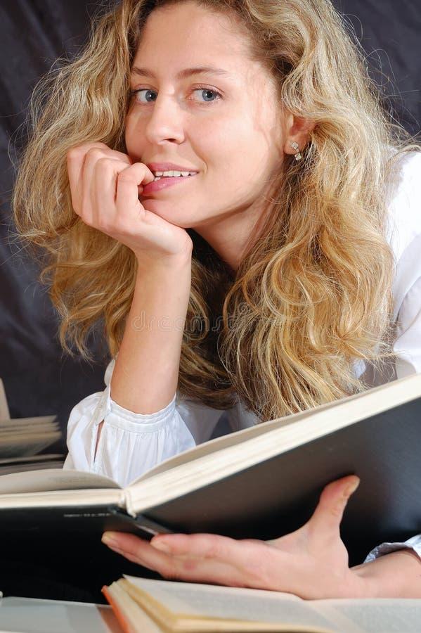 Femme avec un livre photo libre de droits