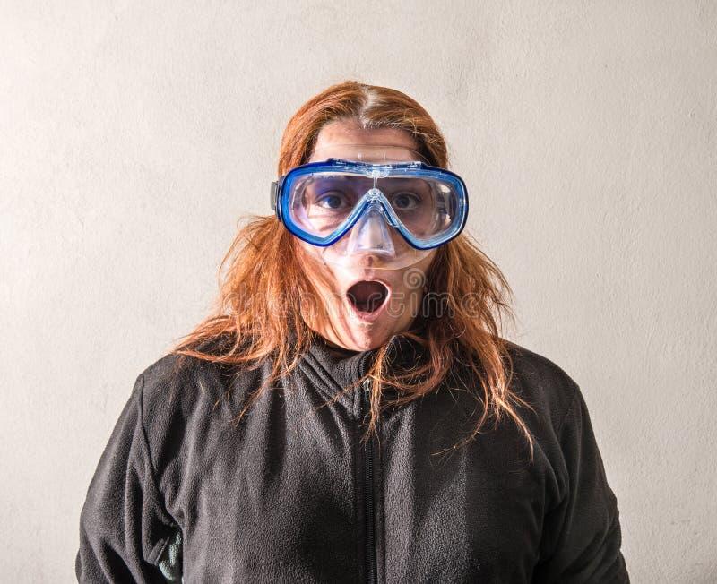 Femme avec un masque de scaphandre photographie stock