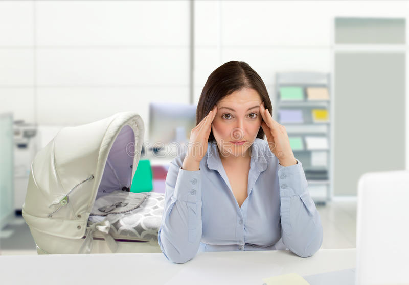 Femme avec un mauvais équilibre de la vie de travail image libre de droits