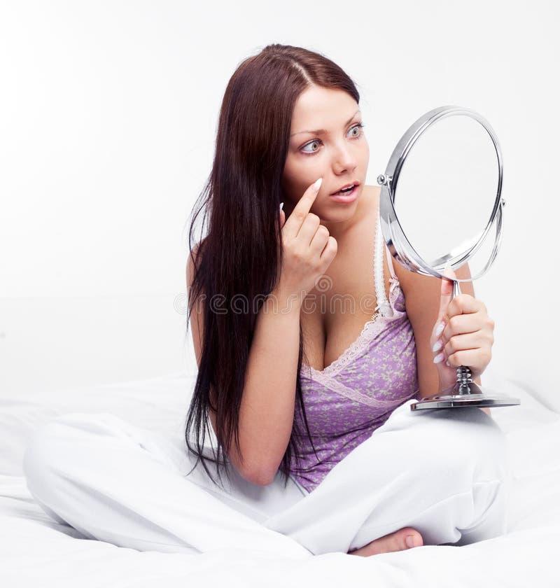 Femme avec un miroir image libre de droits