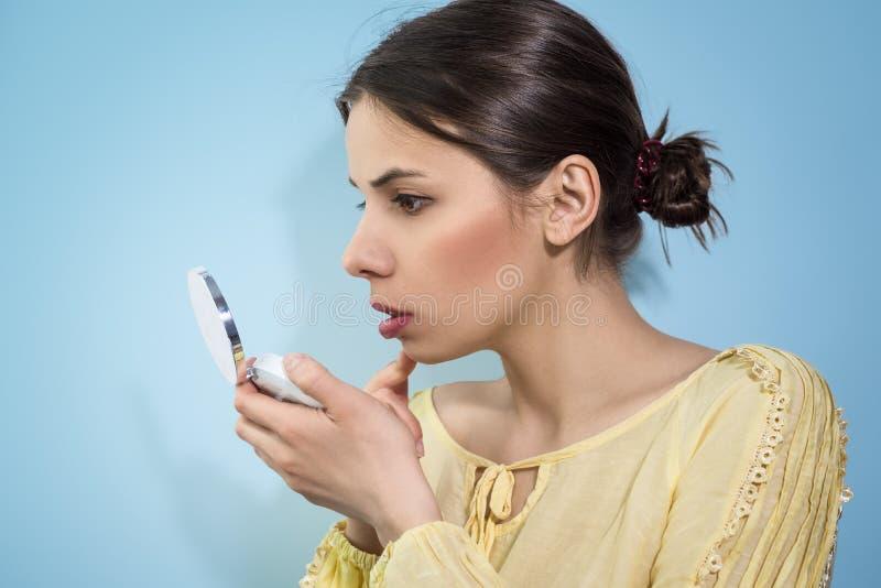 Femme avec un miroir dans la main photos libres de droits