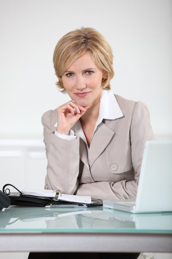 Femme avec un ordre du jour photo stock