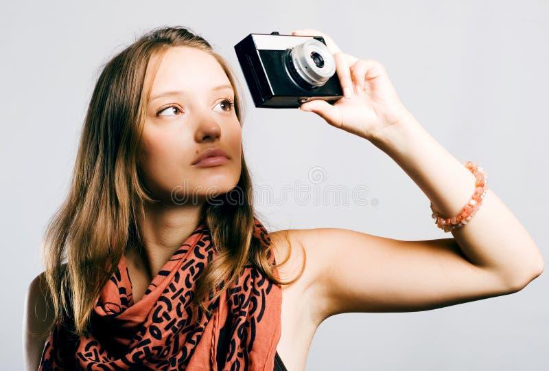 Femme avec un rétro appareil-photo photo stock
