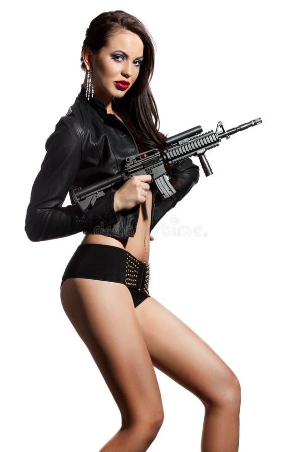 Femme avec un revolver en mains photographie stock libre de droits