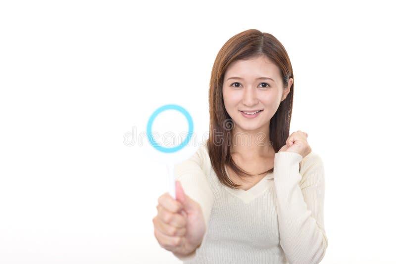 Femme avec un signe d'oui photographie stock libre de droits