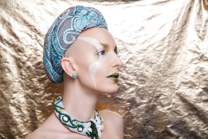 Femme avec un turban vert sur sa tête photos stock