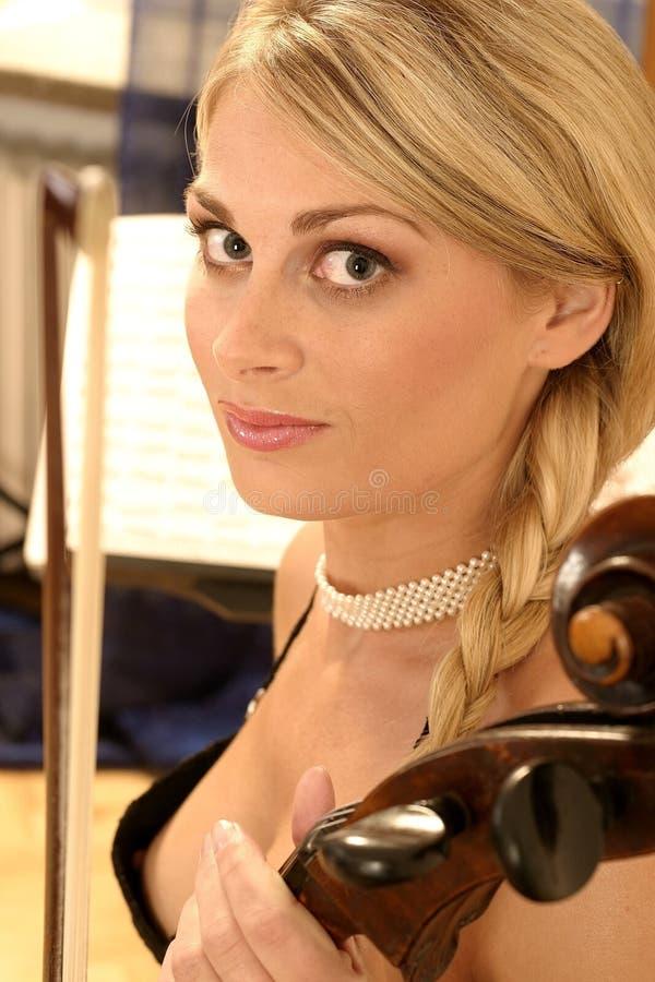 Femme avec un violoncelle images stock