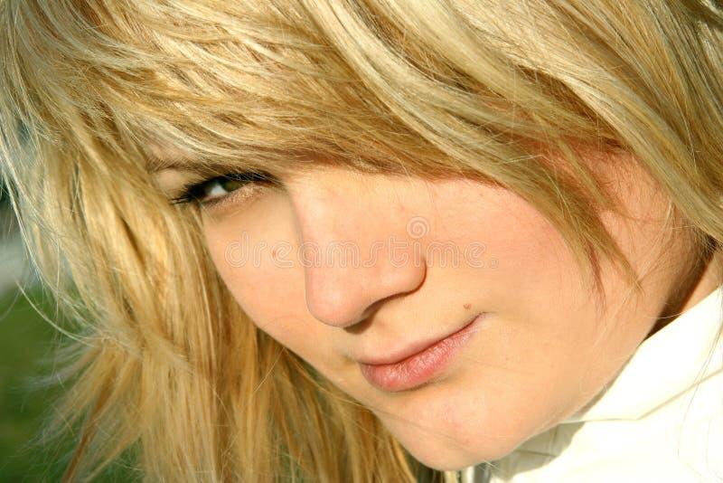 Femme avec une coupe de lion photo stock