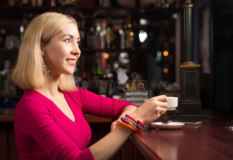 Femme avec une cuvette de café images stock